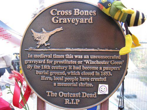 1024px-Cross_Bones_Graveyard-0052